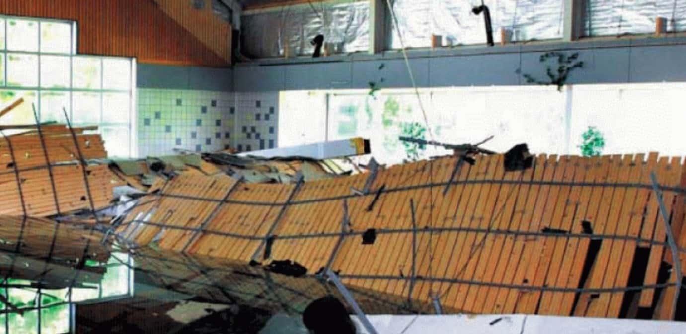 Verlaagd zwembadplafond kwam door spanningscorrosie naar beneden vallen.